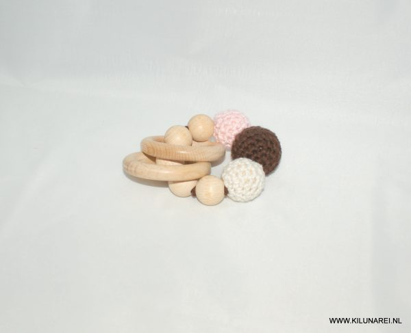 Houten baby bijtring met gehaakte bruin-beige en zacht roze kralen