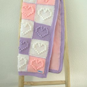 Roze gehaakt babydekentje in zacht roze granny square style