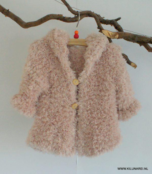 Roze gebreid babyvestje met capuchon