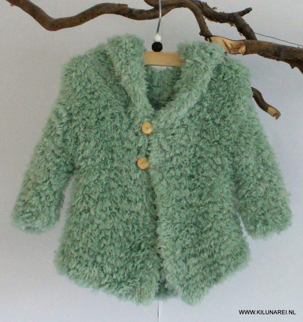 Groen gebreid babyvestje met capuchon