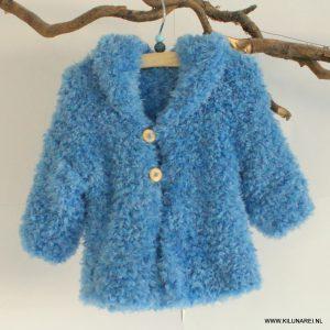 Blauw gebreid babyvestje met capuchon