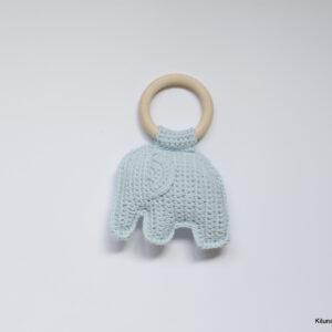 Gehaakte baby rammelaar met licht blauwe olifant