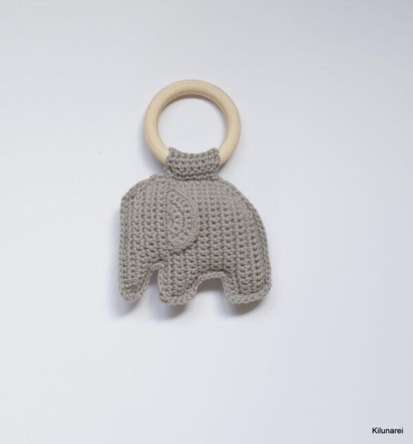 Gehaakte baby rammelaar met lichtgrijze olifant