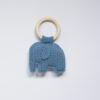 Gehaakte baby rammelaar met blauwe olifant