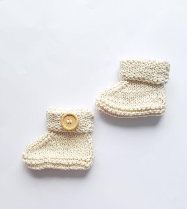 Naturel baby-slofje met stoere houten knoop