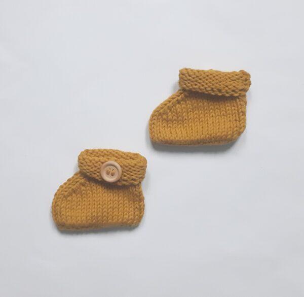 mosterdgeel katoenen babyslofje met houten knoop