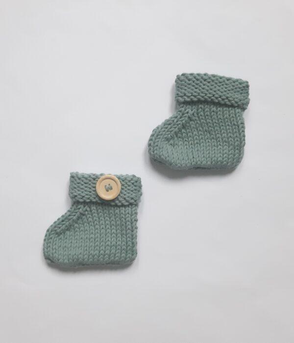 Katoenen saliegroen babyslofje met houten knoop